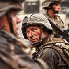 Aaron Eckhart spelar hård i Battle: LA