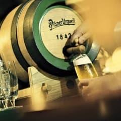 Pilsner Urquell firar 171 år – erbjuder konsumenter färsk öl direkt från Plzen