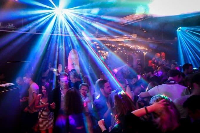 Här hittar du nattklubbar som har öppet efter 03 i Stockholm