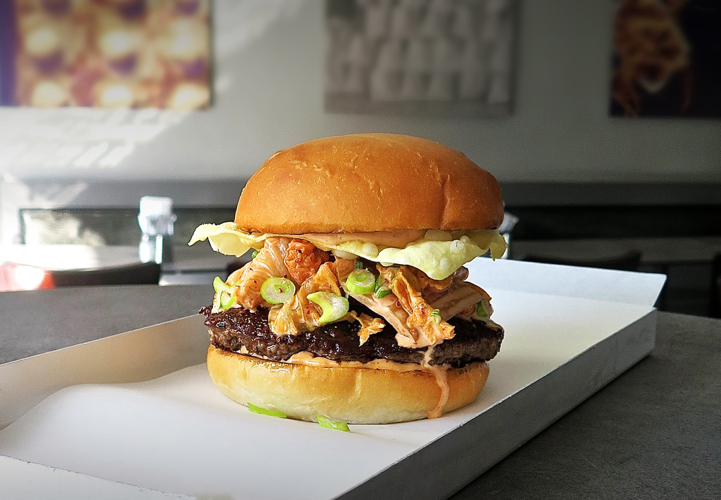 Phil's Burger serverar limiterad kimchiburgare