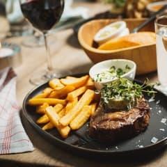 Köttkrogspionjär adderar nygamla klassiker och lyxiga burgare till menyn