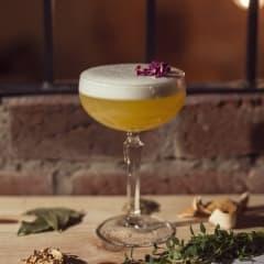 Hylla kvinnodagen med en cocktail