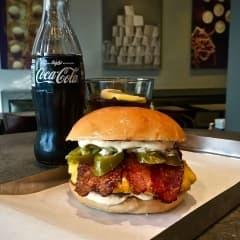 Phil's serverar limited-burgare med kanderad bacon