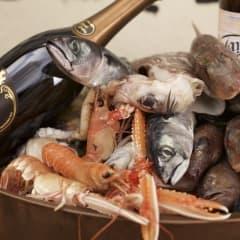 Fira in hösten på Tapasbaren med fisk och franskt bubbel