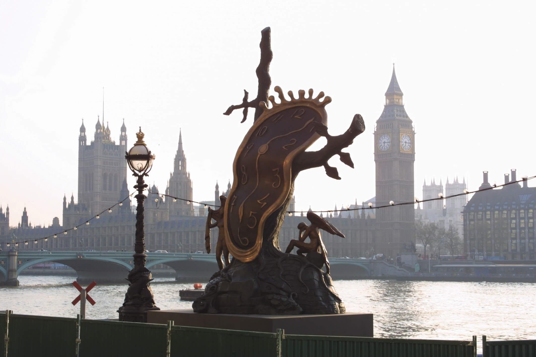 Salvador Dalís enorma skulpturer placeras ut i Stockholm