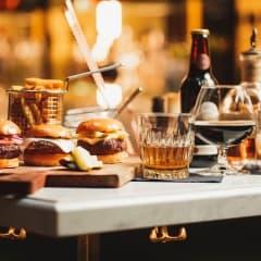 Hamburgare, drinkar och desserter livar upp i baren på Kung Carl