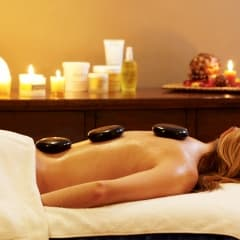 Lindra vinterstressen med massage och varma lavastenar