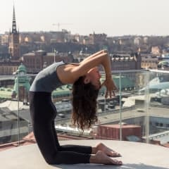Tak öppnar för yoga på terrassen