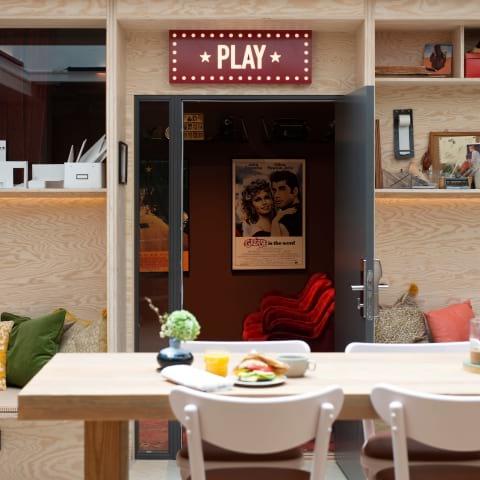 Nyrenoverat hotell satsar på filmtema – har egen biosalong
