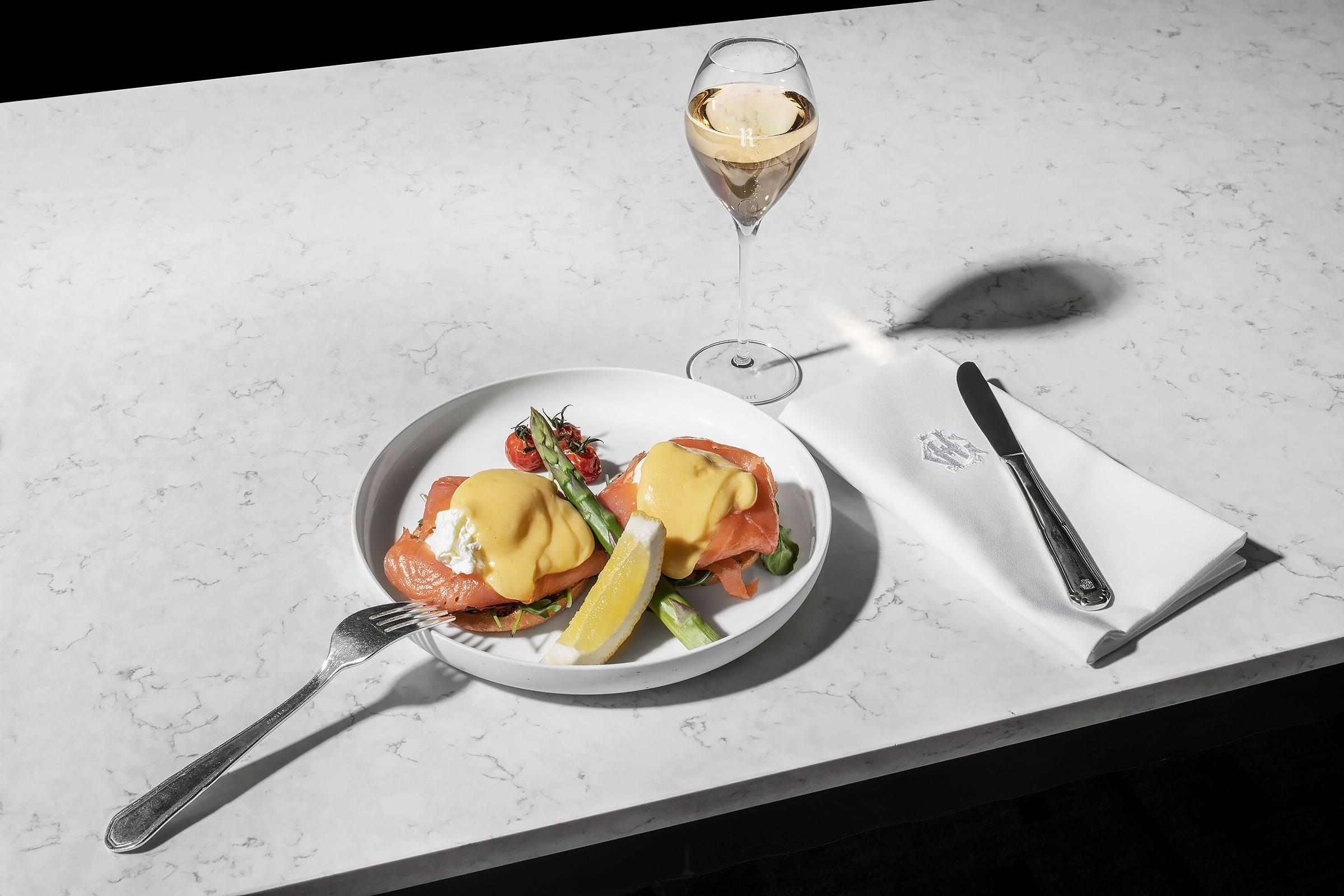 Grand Hôtel börjar med champagnefrukost