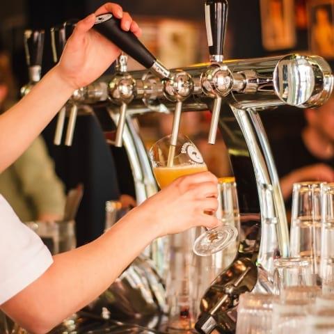 Så mycket kostar en öl i Stockholm – jämfört med andra städer