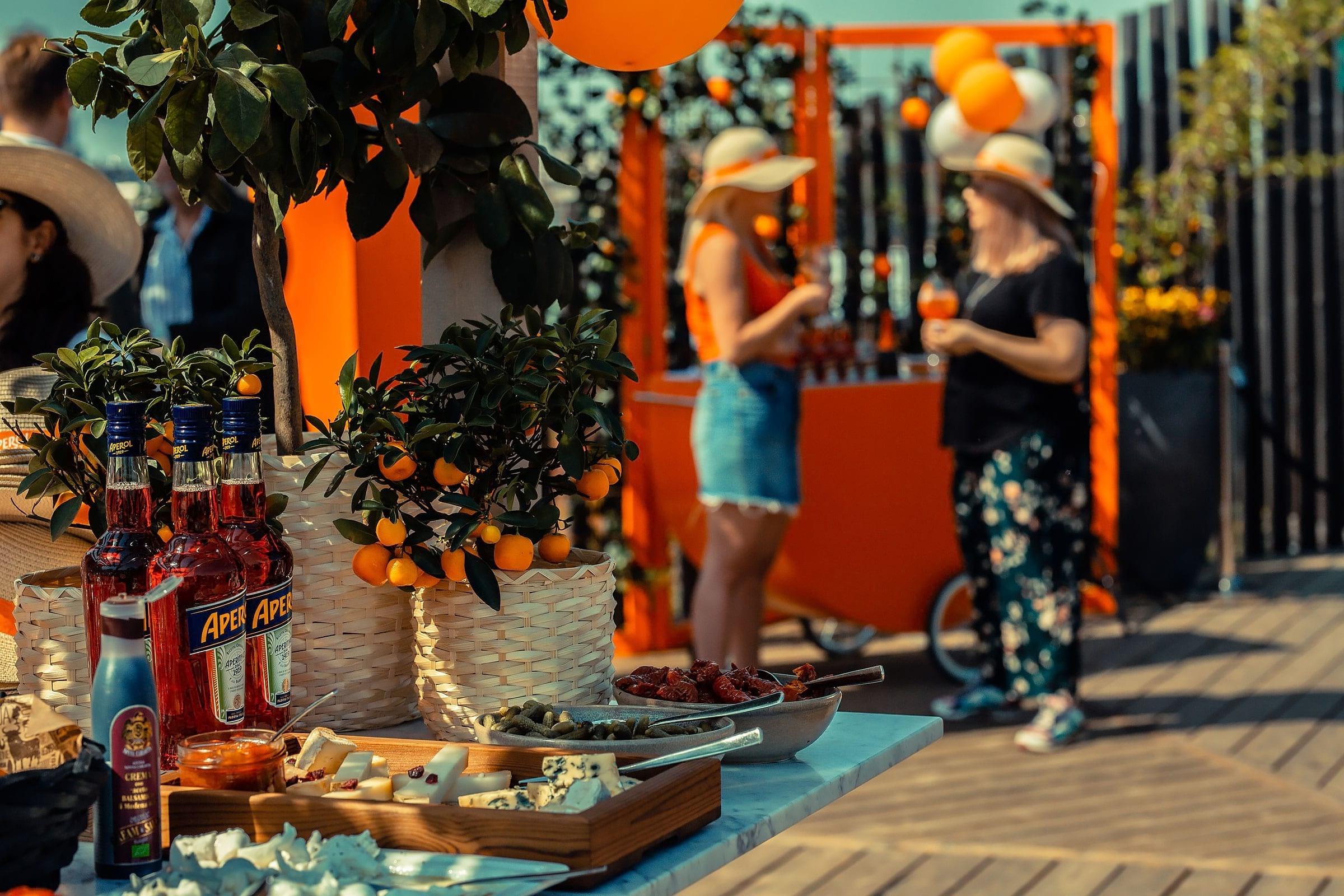 Aperol Spritz fyller 100 – firar på hundratals barer