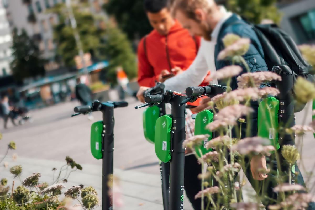Ta dig runt i Stockholm city – så hyr du elsparkcykel