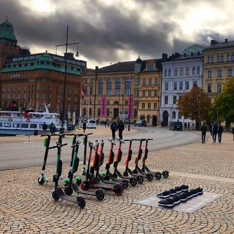 Löparskor ska utmana elsparkcyklar – placeras ut i Stockholm