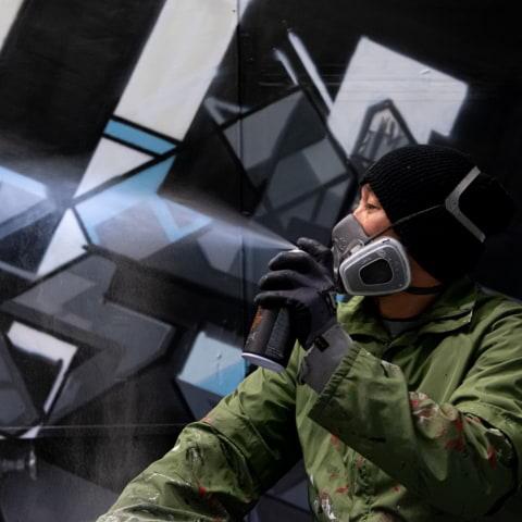 Graffitikonstnären DISEY skapar i ett mellanrum på Filmhuset - i regi av A house
