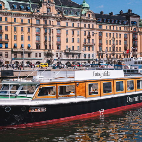 Åk elbåt till Fotografiska i sommar