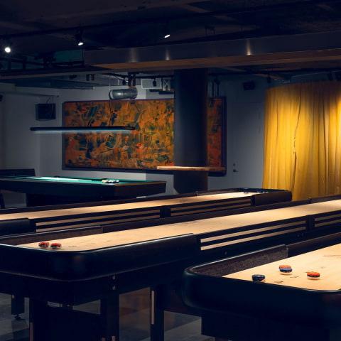 Här kan man spela shuffleboard i Stockholm