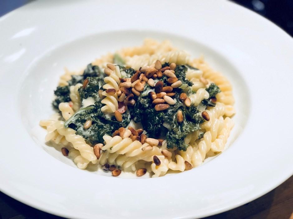 Recept | Grönkålspasta med pinjenötter