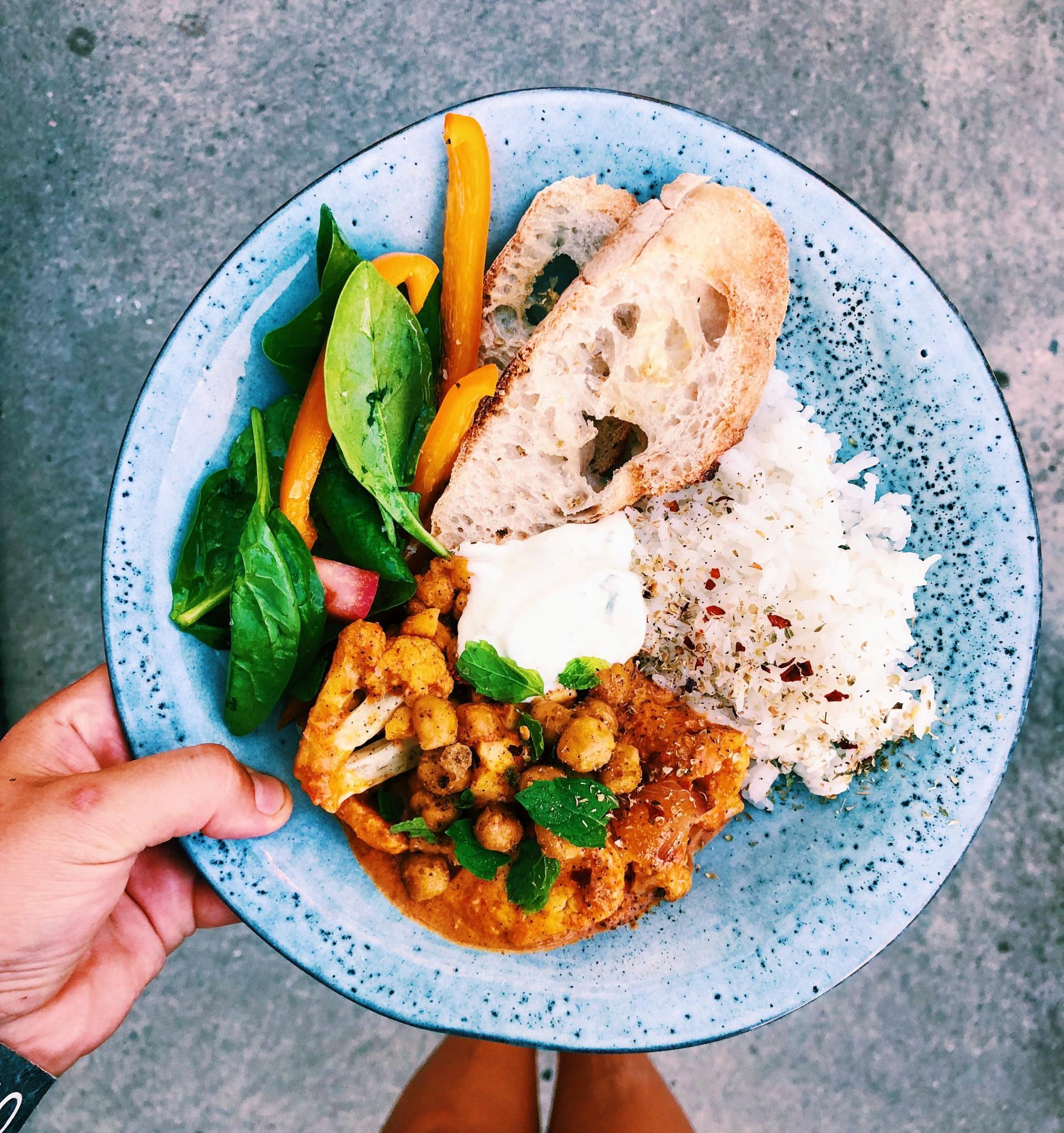 Vegetarisk tikka masala med kryddrostade kikärtor, halloumi och ugnsbakad blomkål!