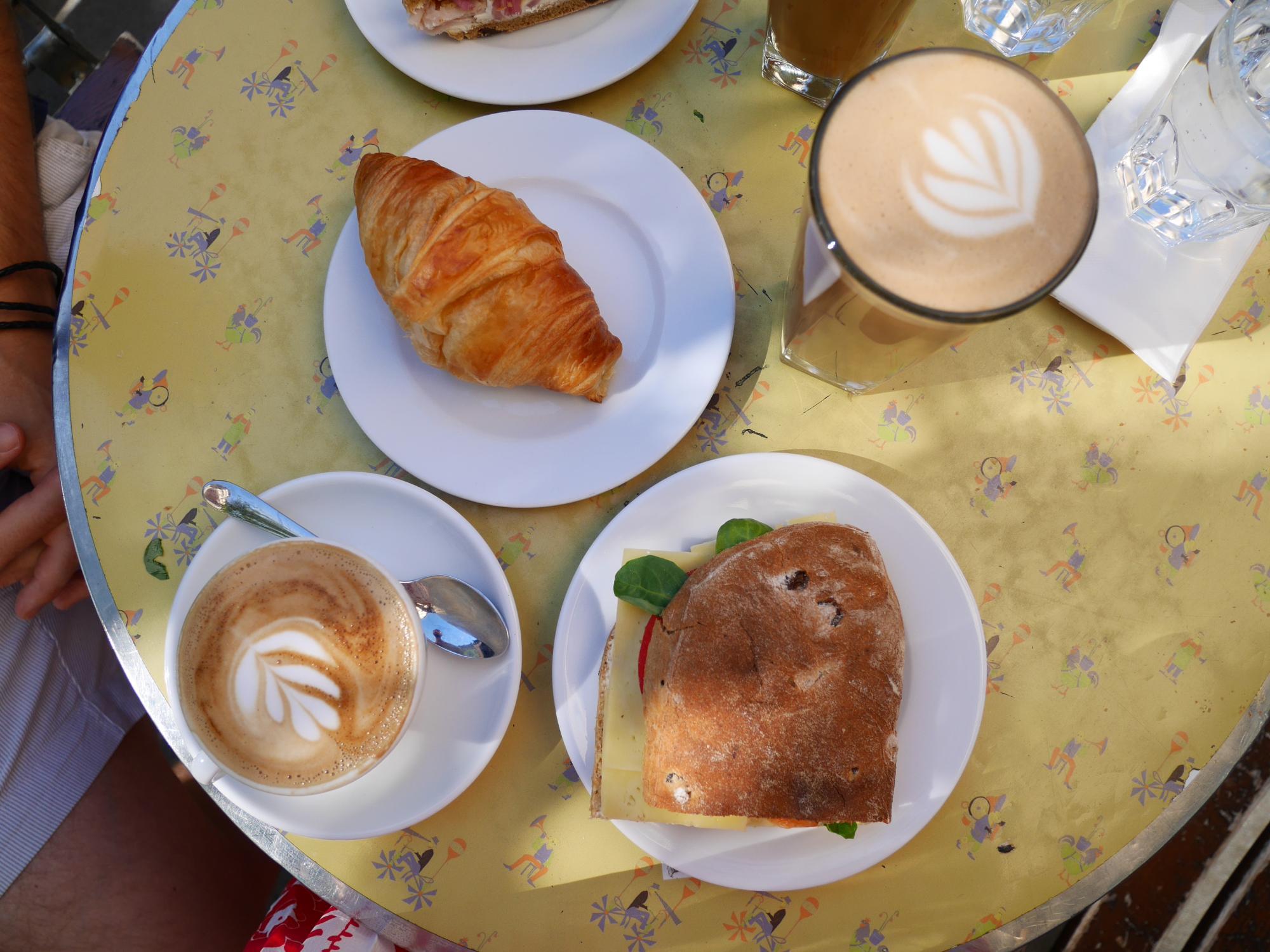 Sommarfrukost på Kaffebar och stenhårda bröst
