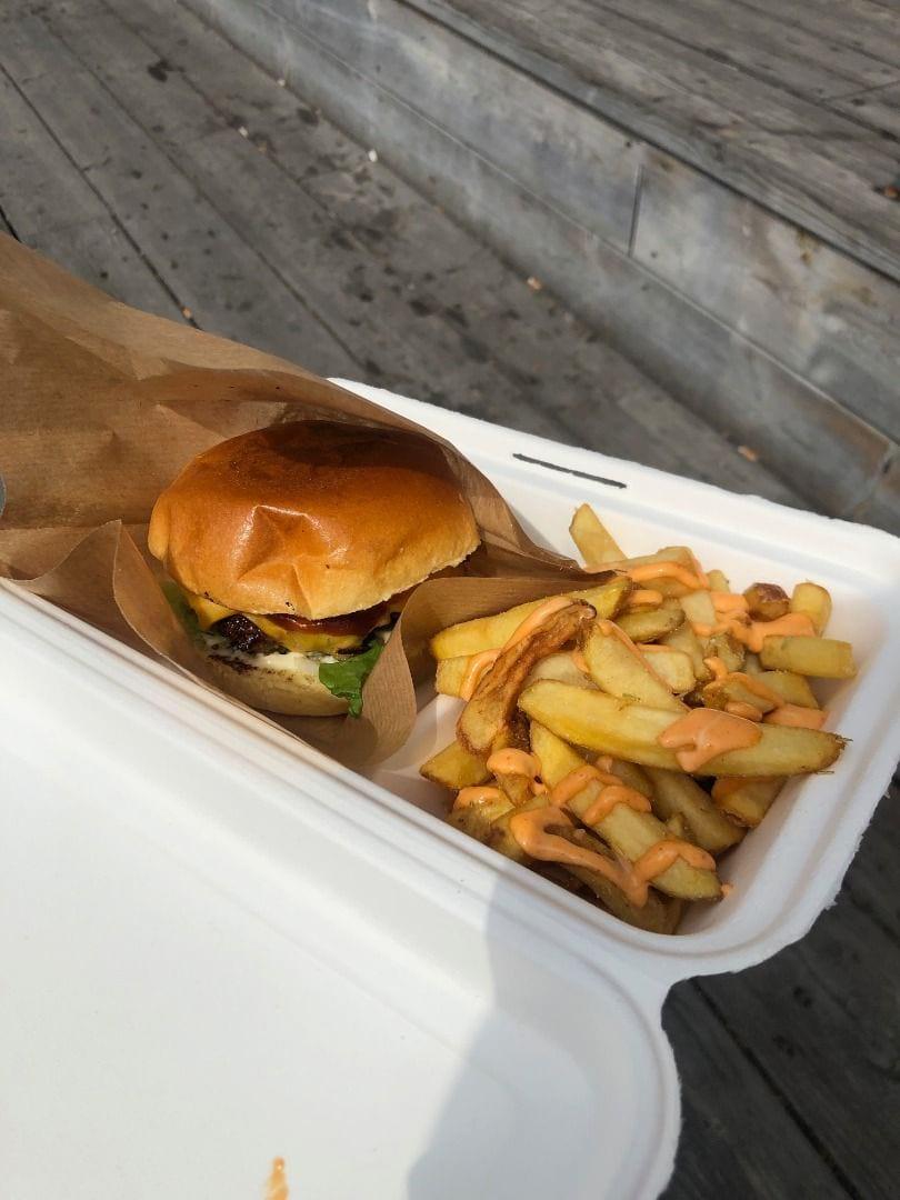 Bild från 8ft Burger Food Truck av Adam L.