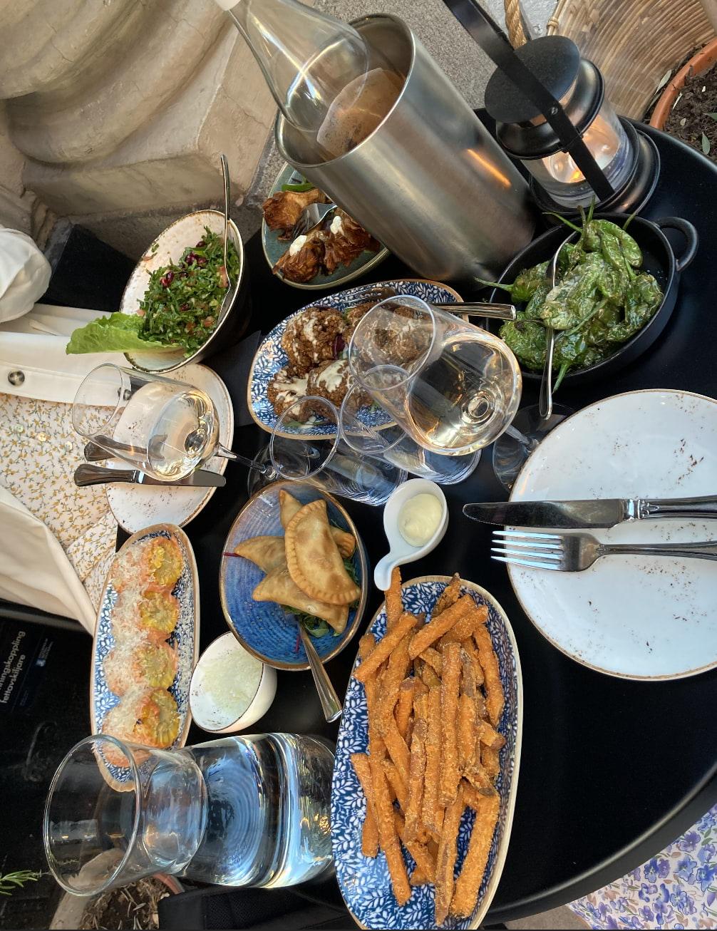 Lite allt möjligt från menyn! – Bild från Almaza av Jessica K.