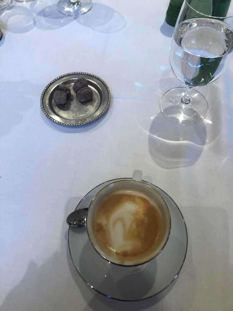 Cappuccino och hembakad tvillingnöt. – Bild från Arnold's av These S.