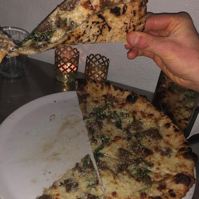 Notera de brända fläckarna på pizzabotten - perfektion! – Photo from Babette by David F.