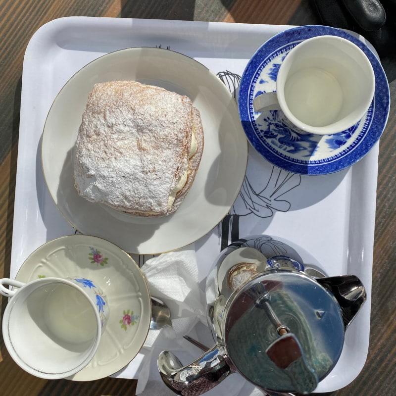 Wienersemla med bryggkaffe – Bild från Bageri Kardemumma av Madiha S.