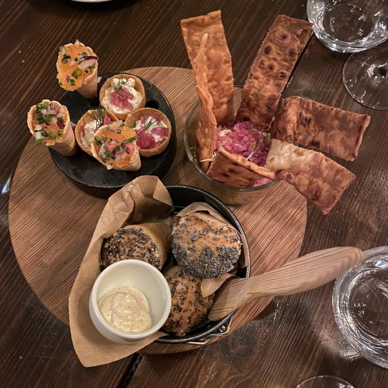 Löjromsstrut, hummus med pickladlök och bröd. – Bild från Barrique Restaurant & Wine Bar av Erica E.