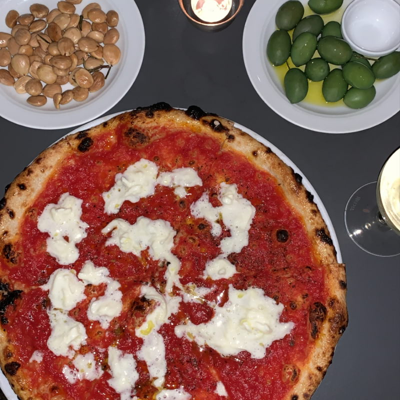 Pizza med tomat och stracciatella, marconamandlar och Oliver i apelsinolja – Bild från Babette av Louise L.