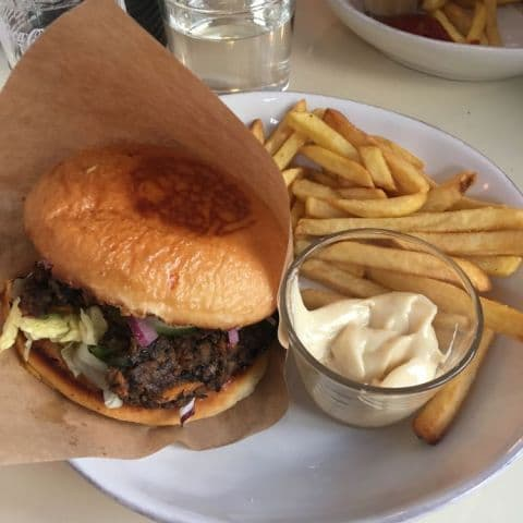 Vegetarisk hamburgare – Bild från Ben & Sam's av Fredrik J.