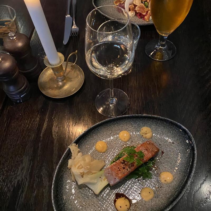 Sotad tonfisk med pak choi, srirachamajonnäs, chilirostade sesamfrön och koriander – Bild från Bistroteket av Lisa S.
