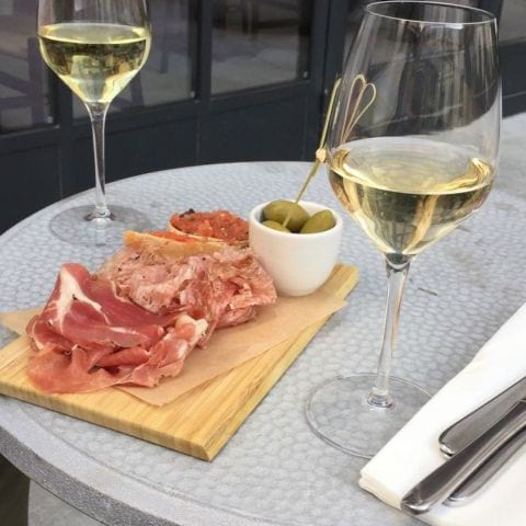 Lite vin och chark innan middagen – Bild från Blique by Nobis av Katrine L.