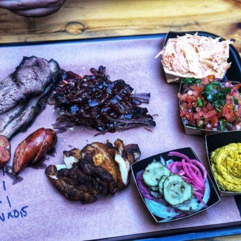Cheddarkorv, brisket, kycklinglårfilé, högrev. Coleslaw, rostad majs, salsa. – Bild från Brisket & Friends Vasastan av Annelie V.