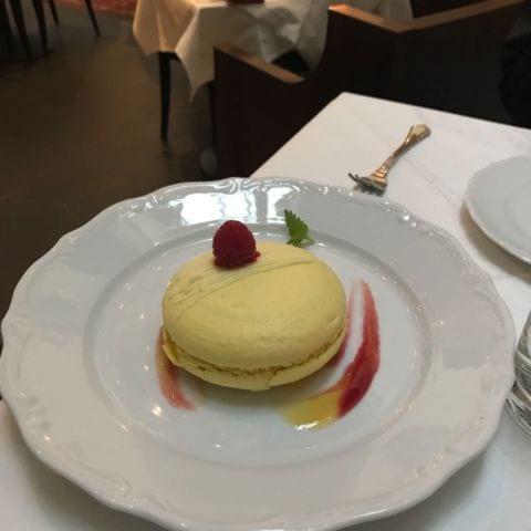 Härligt stor macaron, perfekt att dela! – Bild från Brasserie Makalös av Birgitta B.