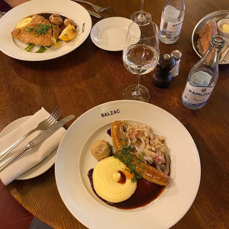 Lunchkorv – Bild från Brasserie Balzac av Adam L.