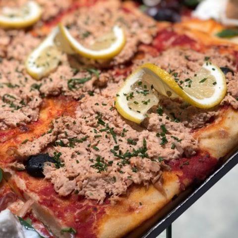 Pizza med tonfisk – Bild från Bröd & Salt Hammarby Sjöstad av Agnes L.