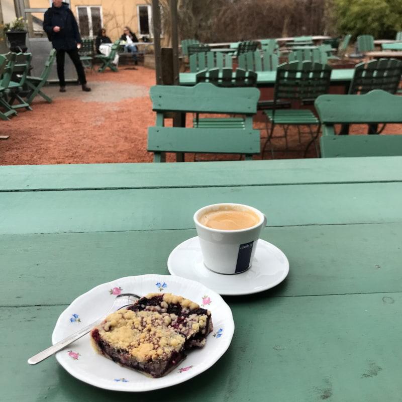 Uteserveringen – Bild från Brunnsvikens Trädgård & Café av Jessica K.