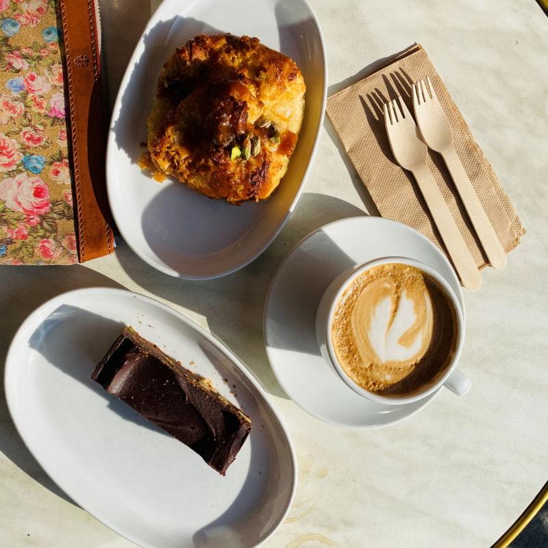 Brownie med nötter, vanilj bulle med god cappuccino – Bild från Brioche av Madiha S.