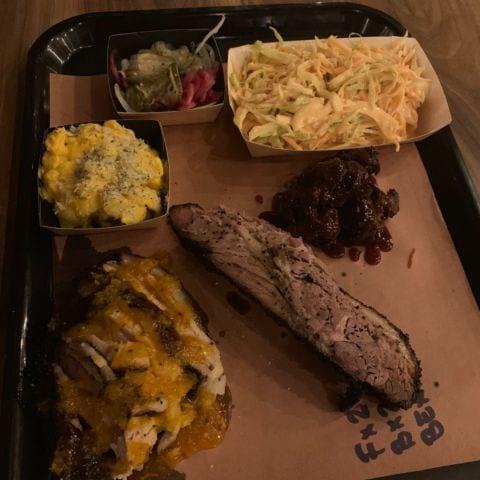 Brisket, fläsklägg och högrev. Mac n cheese och coleslow – Bild från Brisket & Friends Vasastan av Malin S.