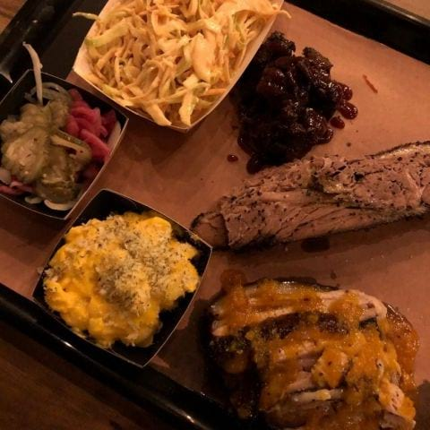 Burntends, brisket och fläsksida, med coleslaw och mac n cheese – Photo from Brisket & Friends Vasastan by Adam L.