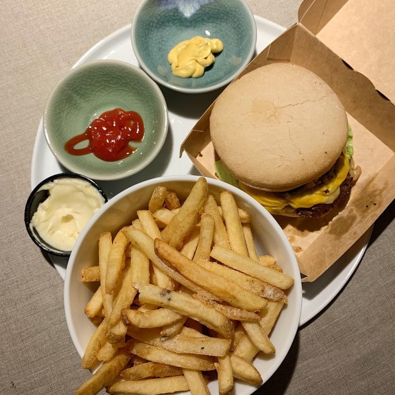 Hot Chili Jalapeno Cheeseburger med Original Fries och Majjo – Bild från Burgers & Beer Rörstrandsgatan av Caroline S.
