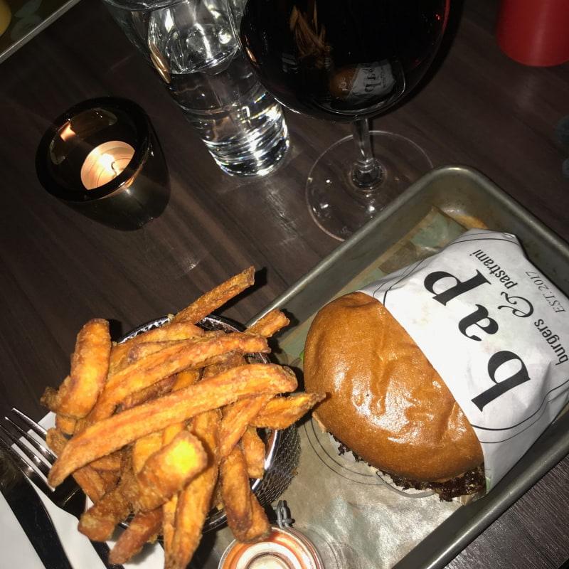 Bild från Burgers & Pastrami BAP av Jessica K.