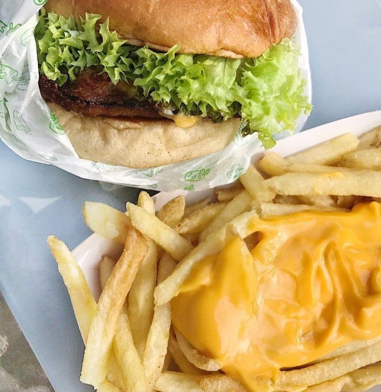 Portabello burgare med pommes och ostsås. – Bild från Bun Meat Bun Söderhallarna av Hanna D.