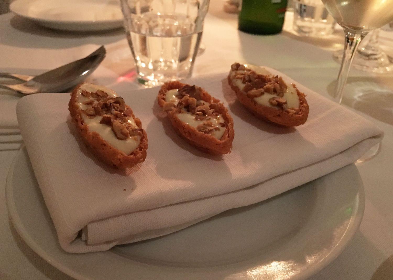 Comtékräm och hasselnötter – Bild från Café Nizza av Sophie E.