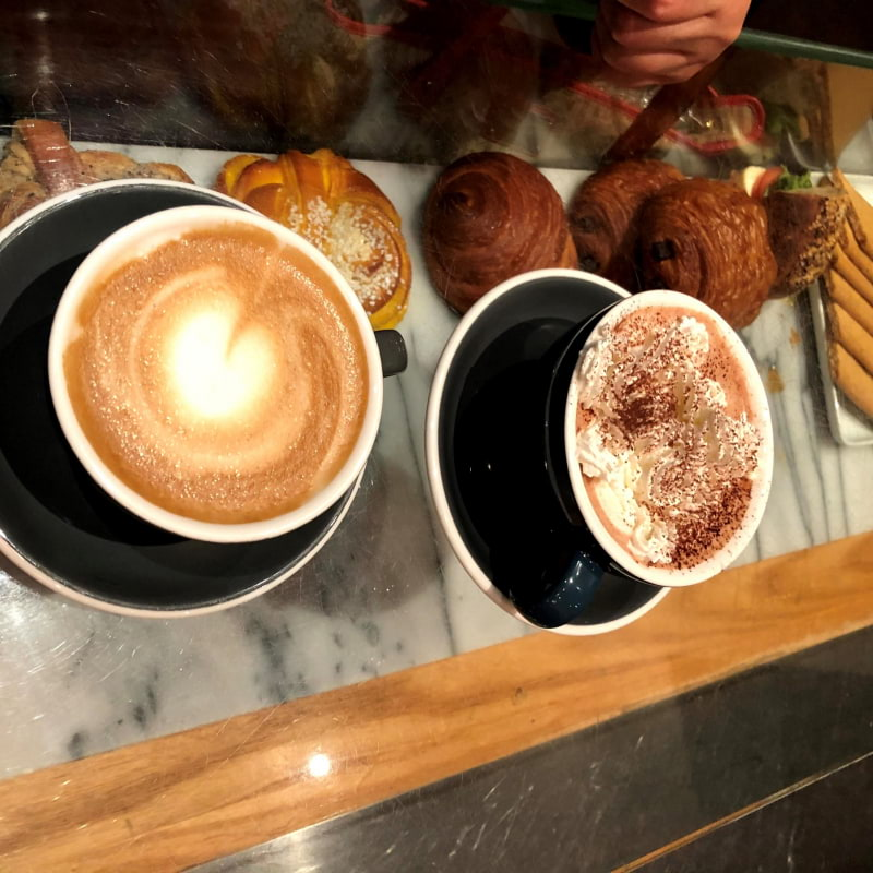 Cappuccino och varm choklad – Bild från Café Foam av Madiha S.