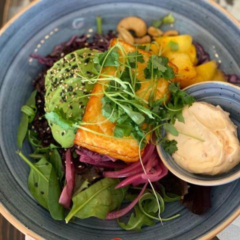 Halloumi , avokado, svart ris, mango, cashewnötter, syrad röd lök och en mjuk grym chili majo! – Photo from Café Fix by Annelie V.