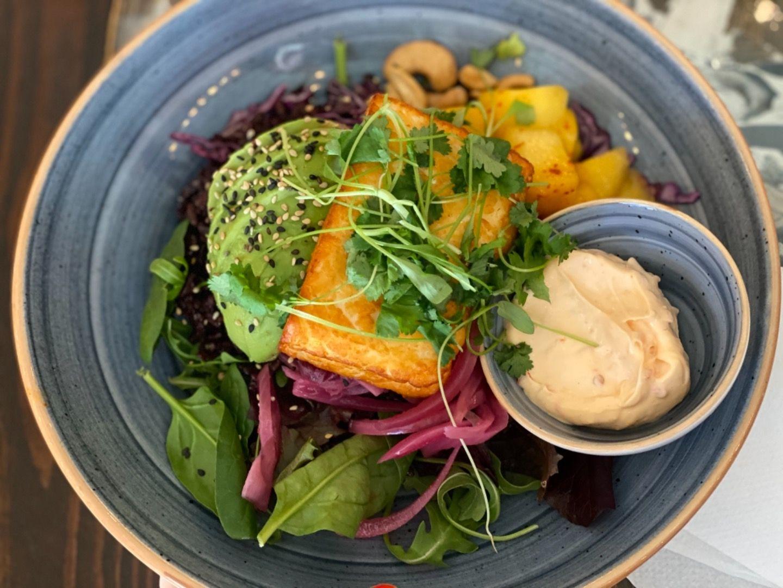 Halloumi , avokado, svart ris, mango, cashewnötter, syrad röd lök och en mjuk grym chili majo! – Bild från Café Fix av Annelie V.