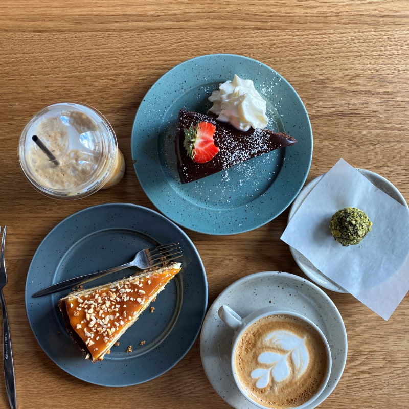 caramel cheese cake, chokladtryffel kaka och dadelboll med pistage – Bild från Café Vólta av Madiha S.